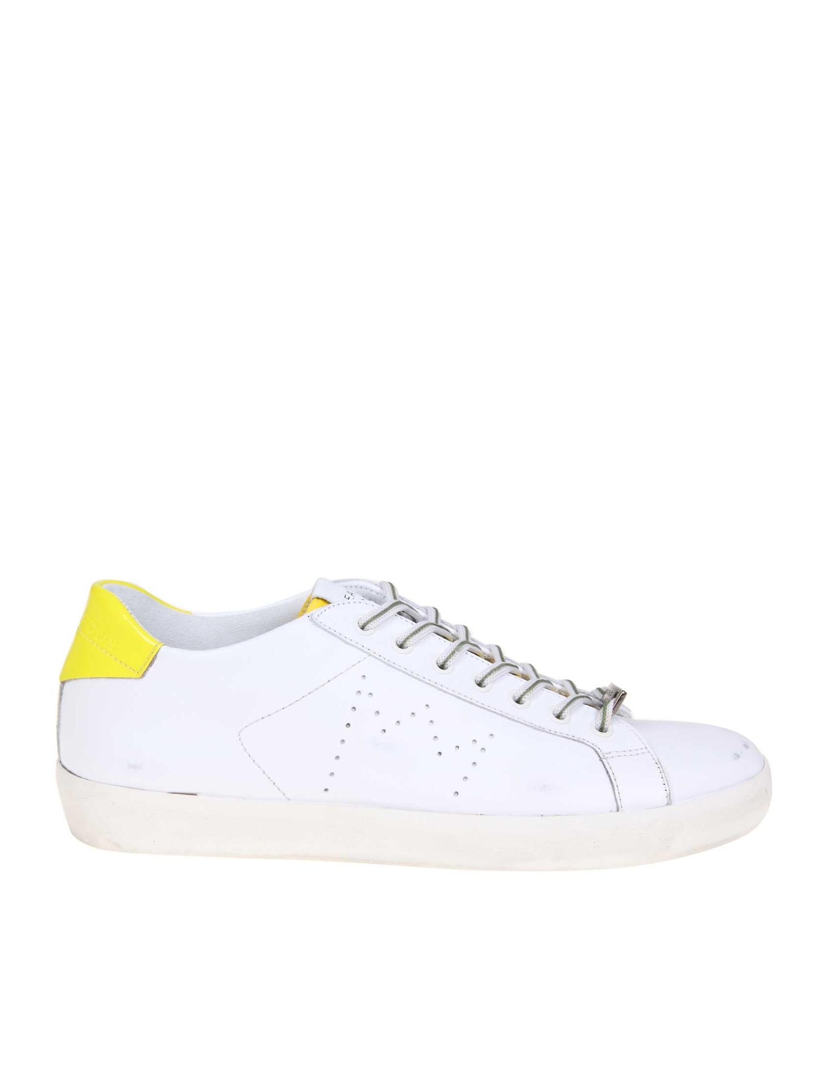 Sneakers in pelle di vitello. Colore bianco. Punta rotonda. Tallone in pelle  lucida in contrasto giallo. Lacci in cotone. Fodera interna in pelle e  cotone 7964d36443c