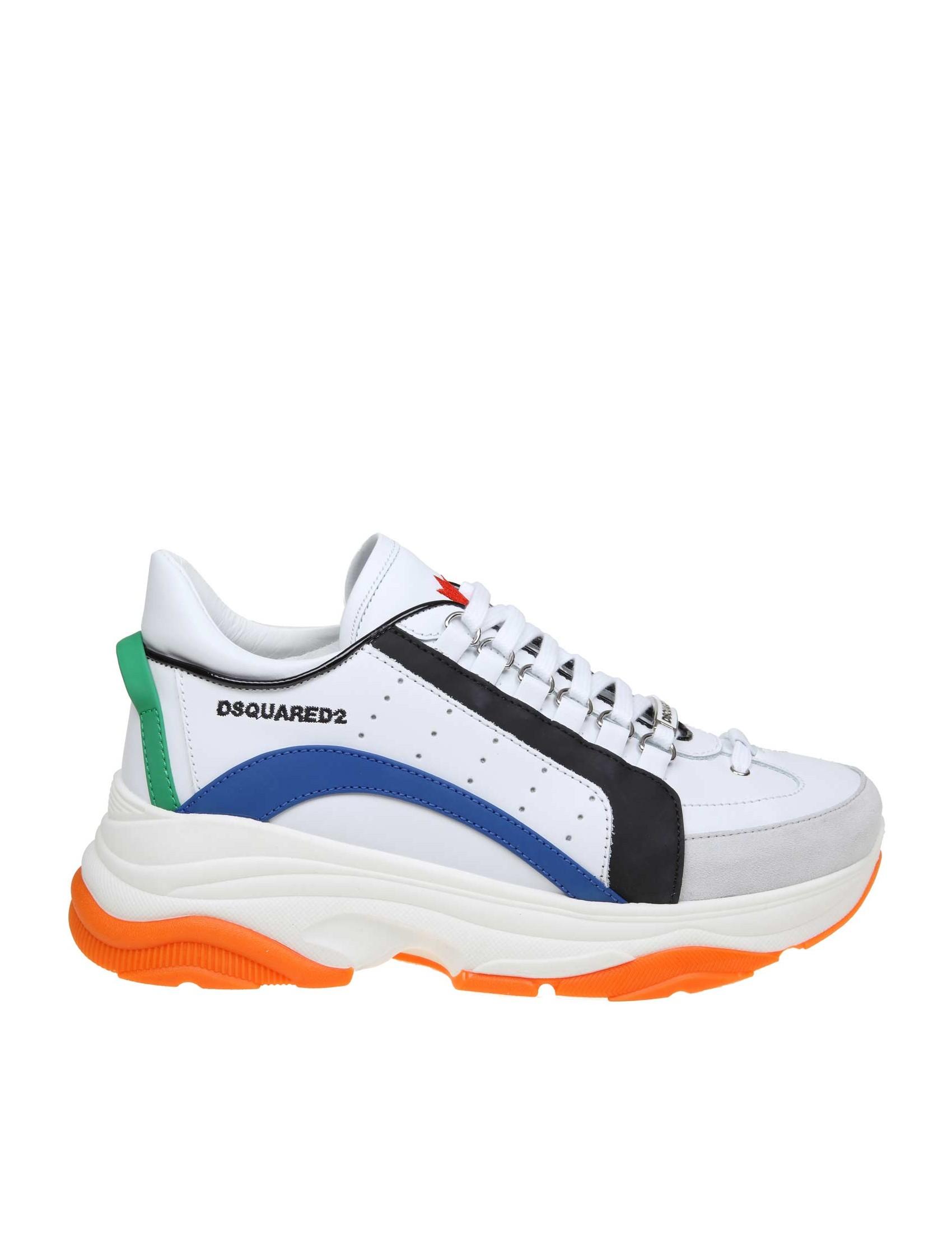 Sneakers in pelle con punta in camoscio. Colore bianco con riporti in nero  azzurro e verde. Modello con punta tonda. Chiusura con lacci. Suola in gomma 67ad9cf97a7